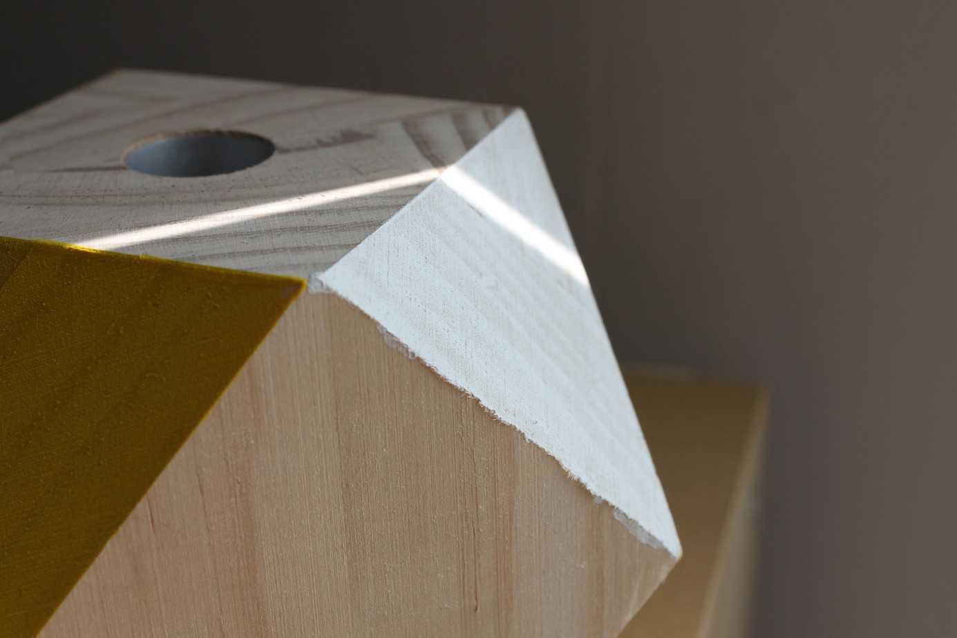 bougeoirs bois brut 2048x1366 - DIY : des bougeoirs géométriques en bois