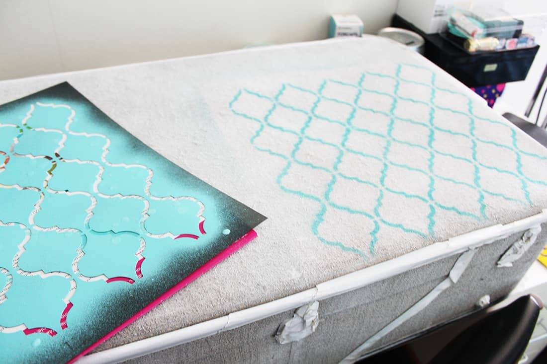 application du pochoir sur la valise - DIY : Redonner vie à une vieille valise