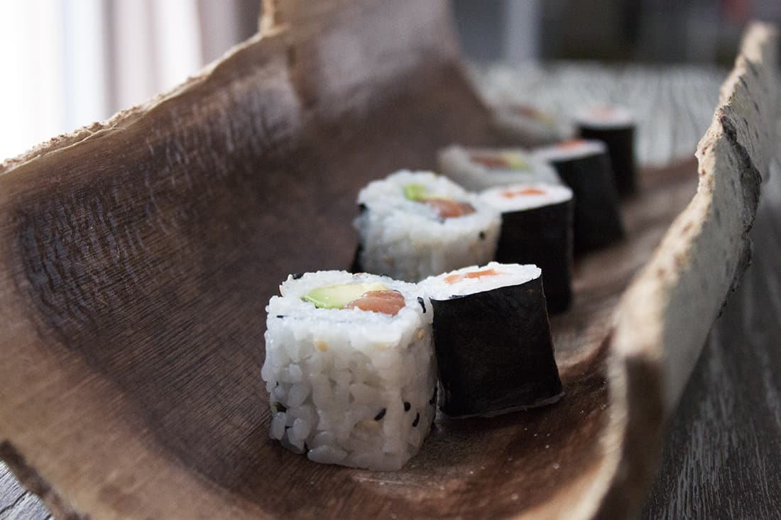 le plat en écorces avec des sushis