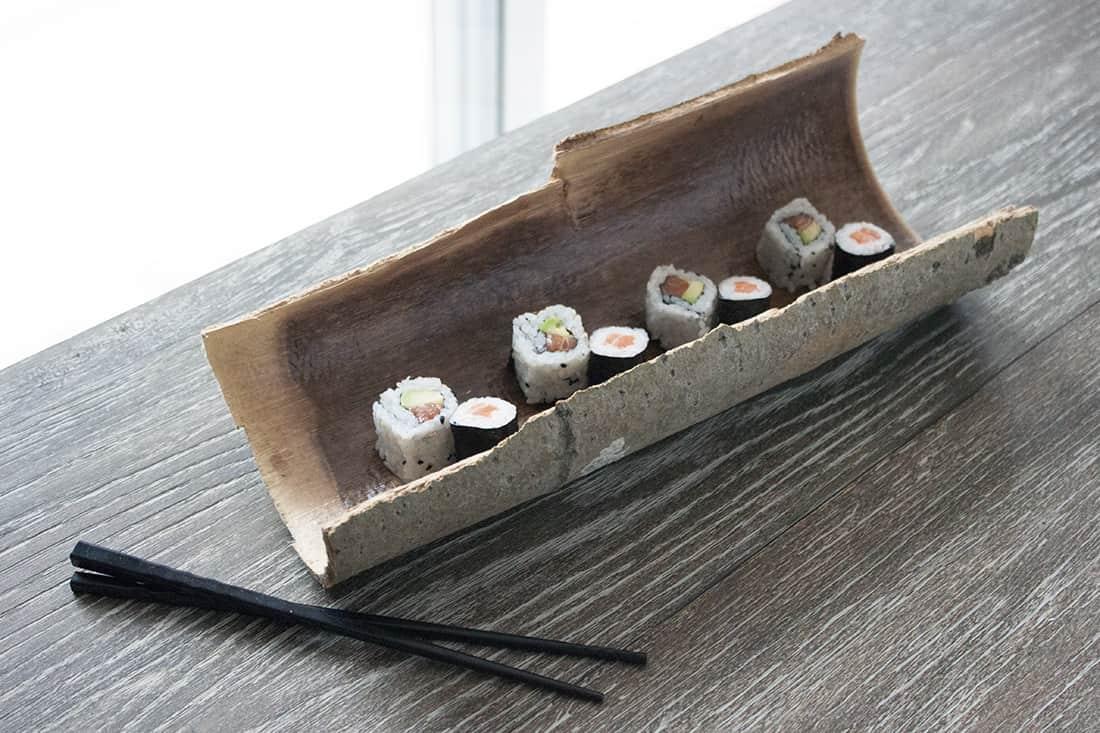 plat a sushi en écorces et baguettes