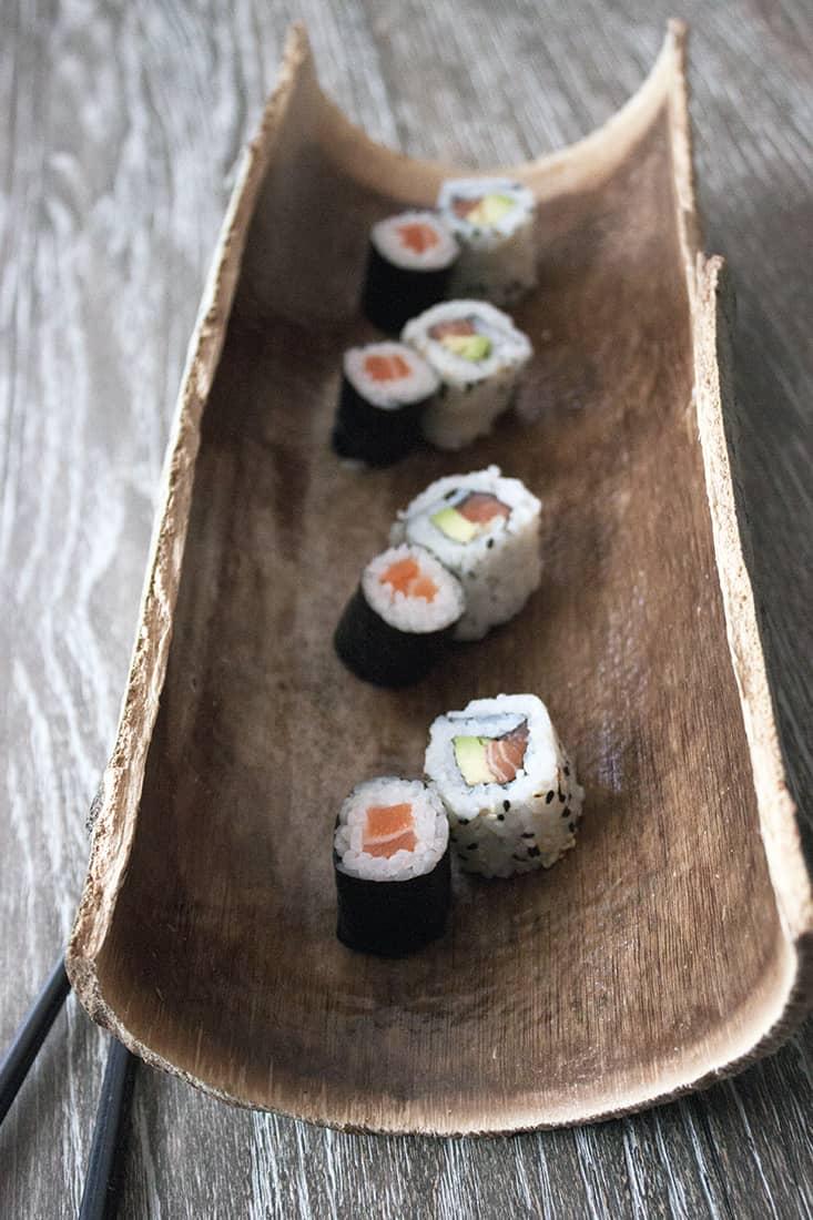 plat a sushi original avec des écorces