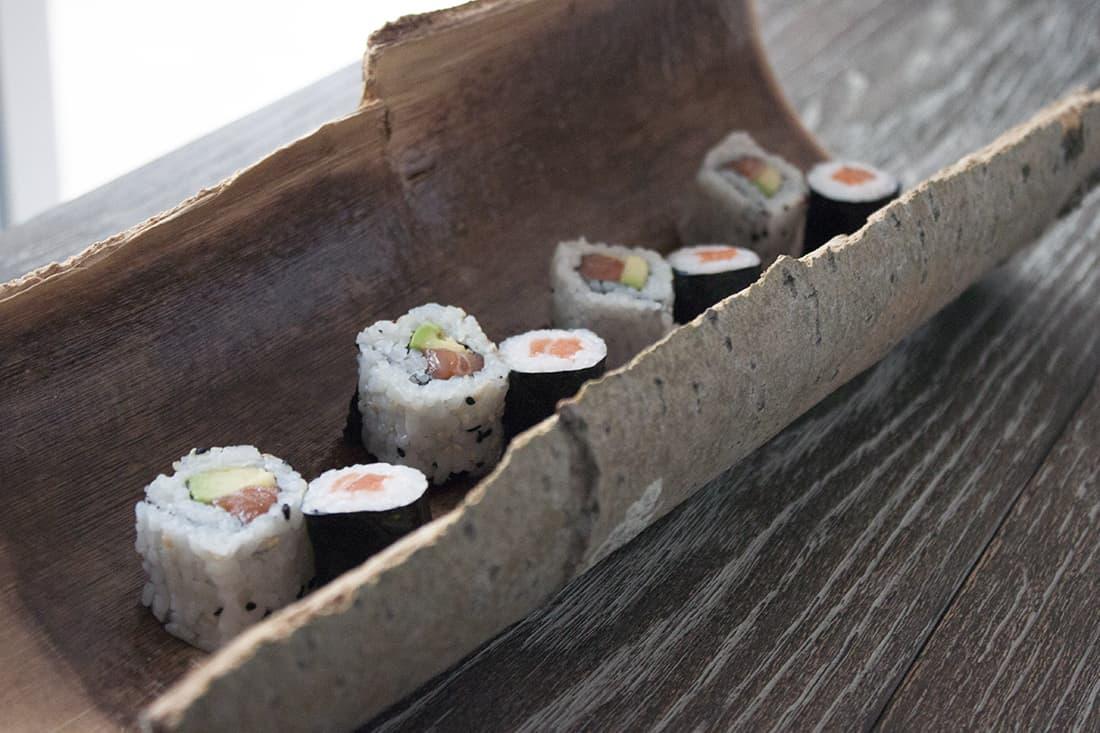 sushis dans un plat en ecorces - Transformer des écorces en plat décoratif