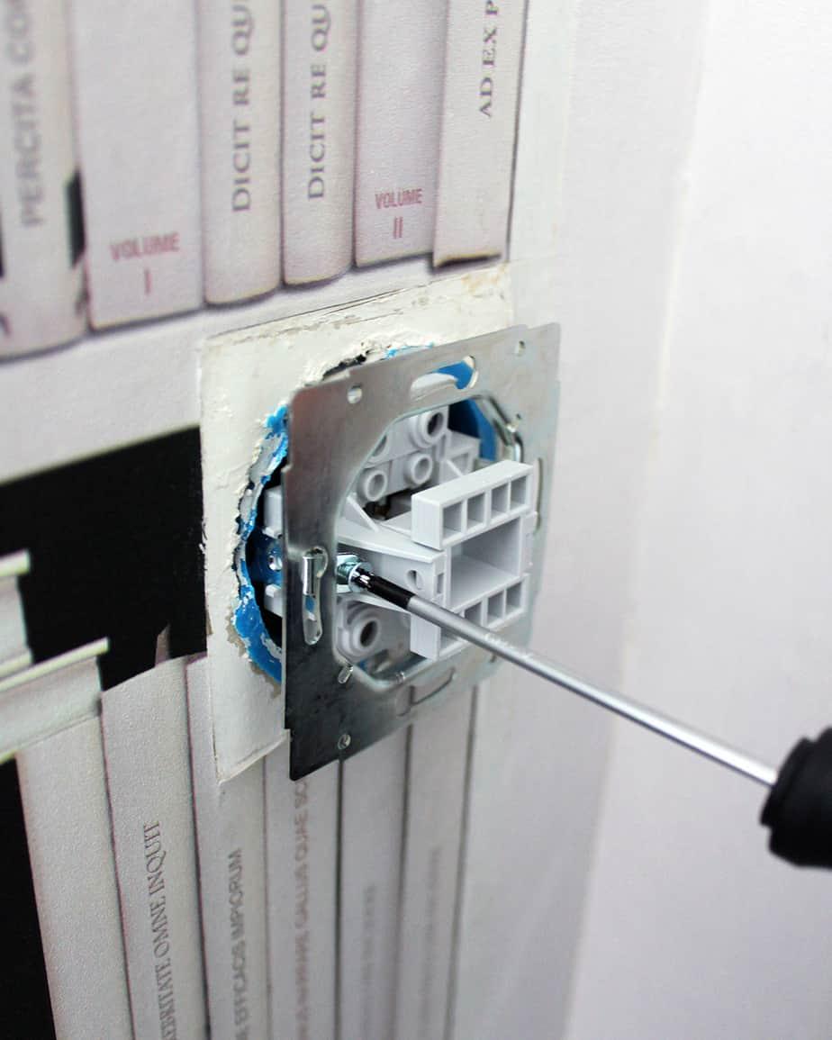 devissage de la partie metallique interrupteur - Comment installer un interrupteur ?