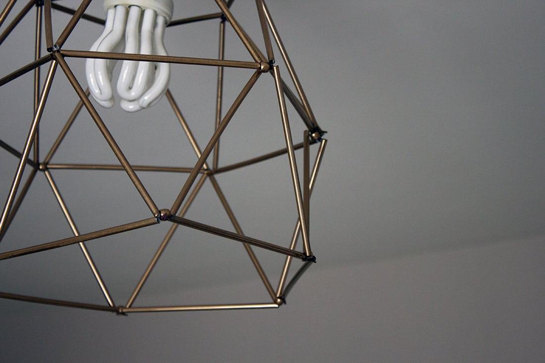 fabriquer un lustre geometrique avec des pailles