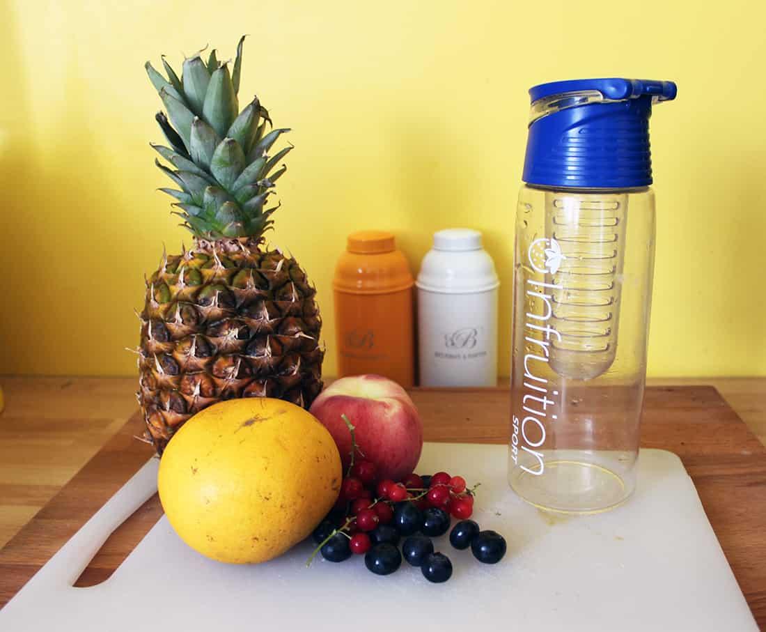 fruits et bouteille Detox Water
