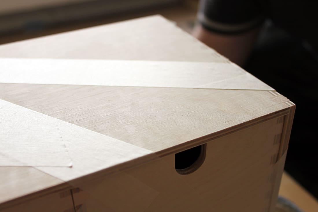 meuble bois brut pose du scotch pour peinture