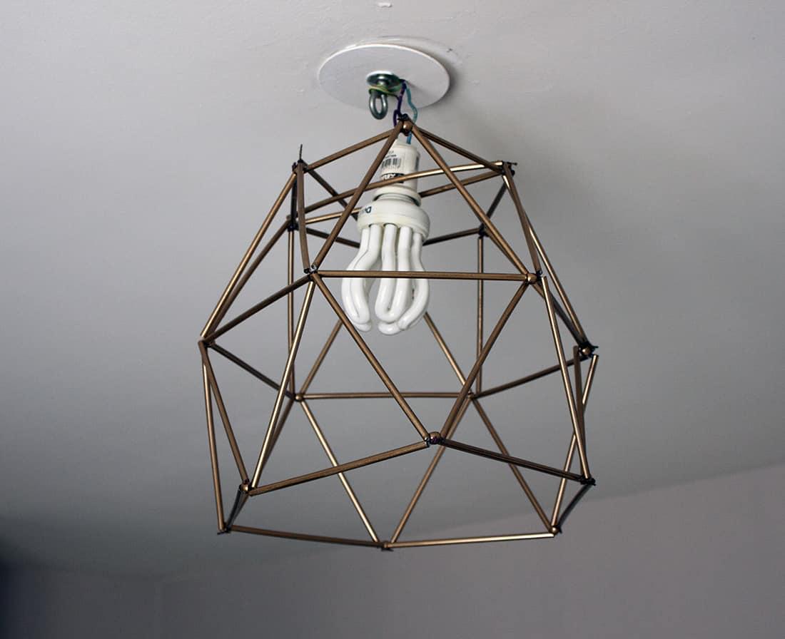 resultat final du lustre geometrique en pailles
