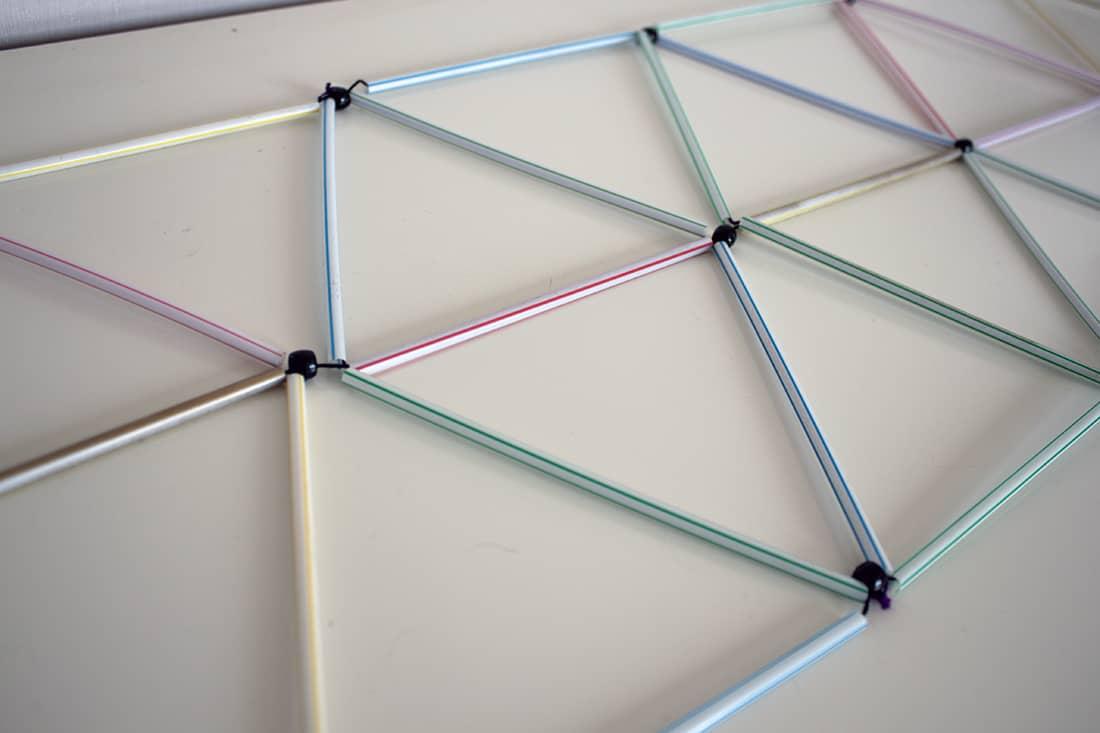 zoom sur l'assemblage des pailles pour la construction du lustre