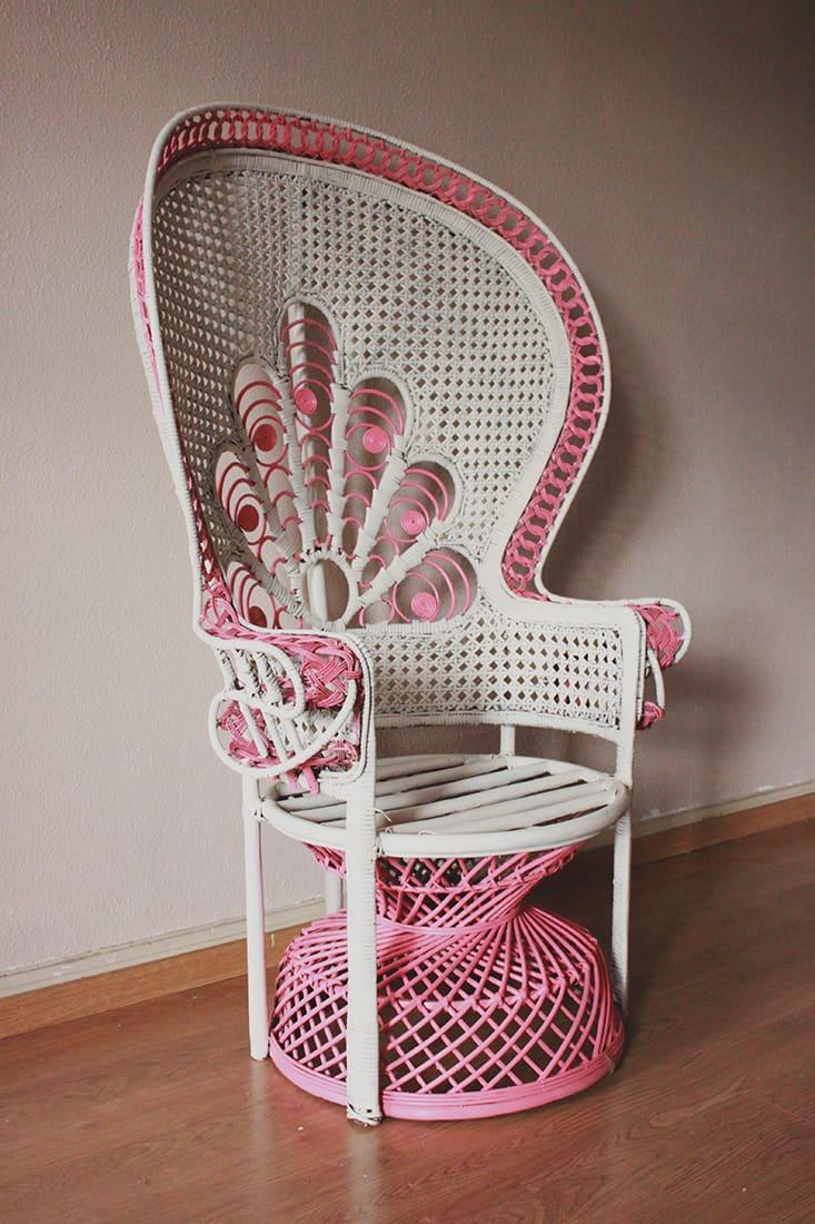 Repeindre un fauteuil rotin de style Emmanuelle
