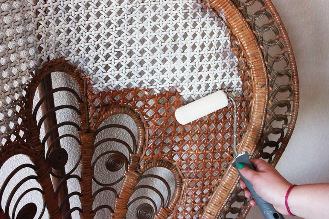 passage du rouleau peinture blanche fauteuil rotin