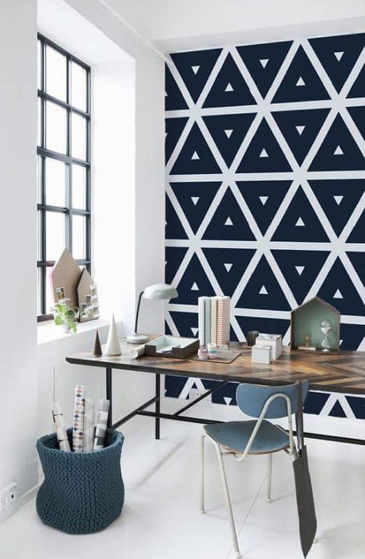 bureau avec du papier peint à motif