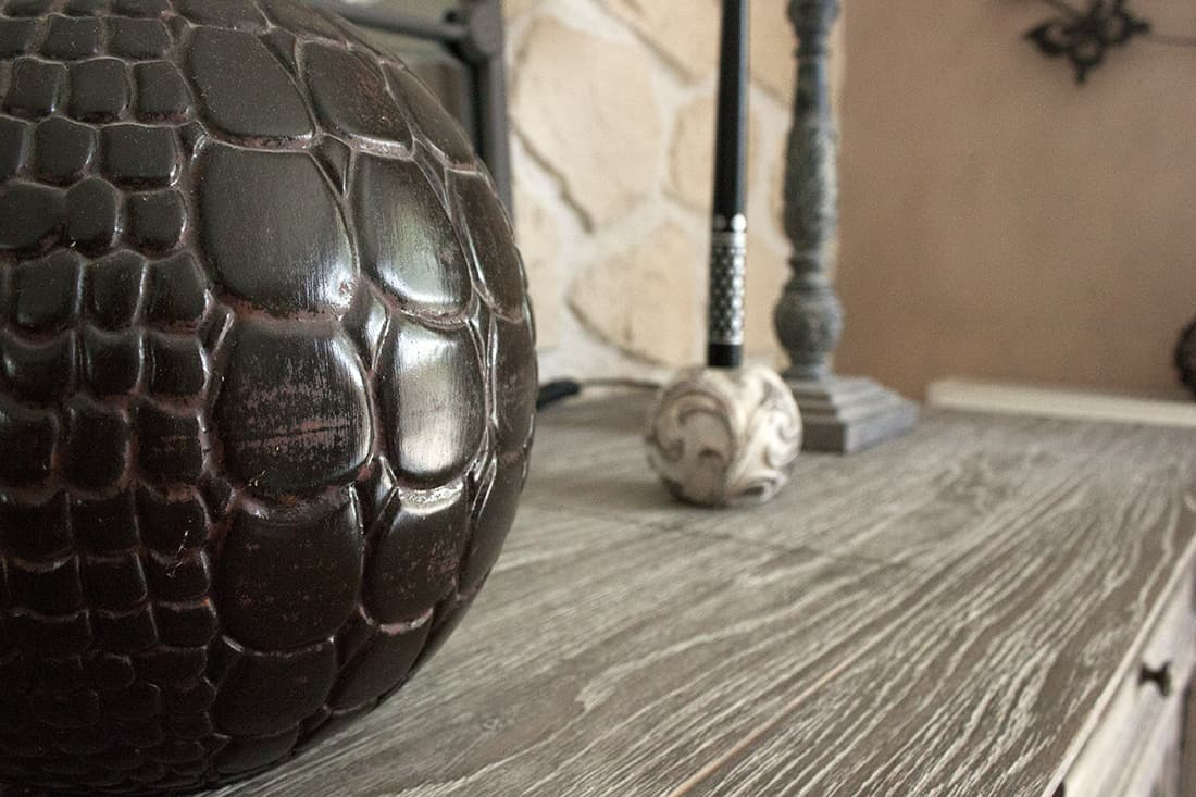 zoom sur le vase croco du salon