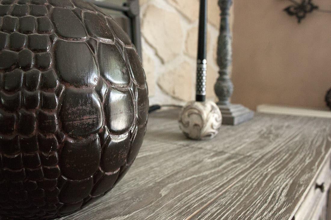 zoom sur le vase croco du salon - Visite du salon romantique de Véronique