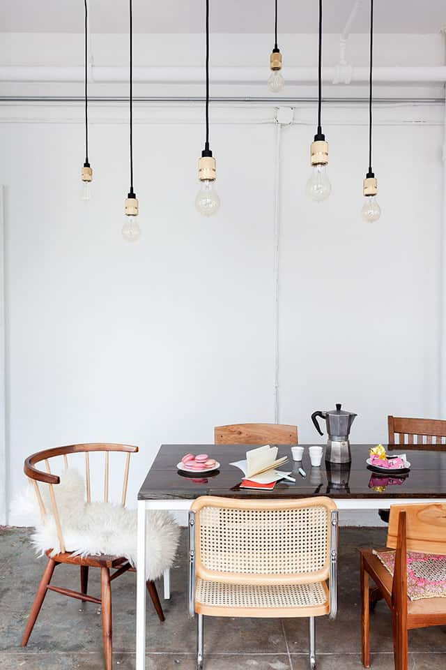 une salle àmanger avec un luminaire industriel