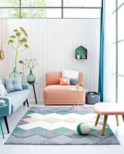fauteuil saumon dans le salon - Pinterest : ajouter de la couleur dans le salon