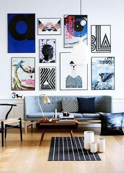 mur de cadres plein de couleur dans le salon