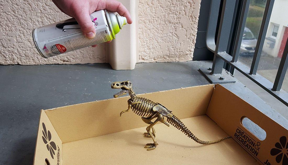 dinosaure bombe avec la peinture