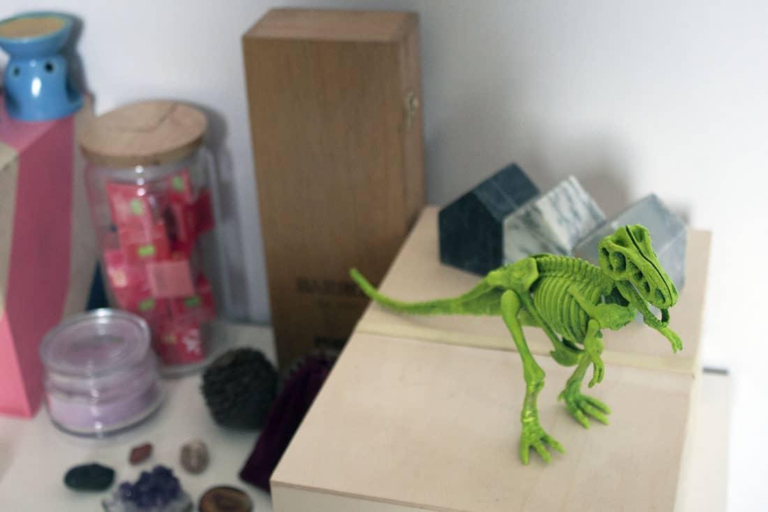 dinosaure dans le salon