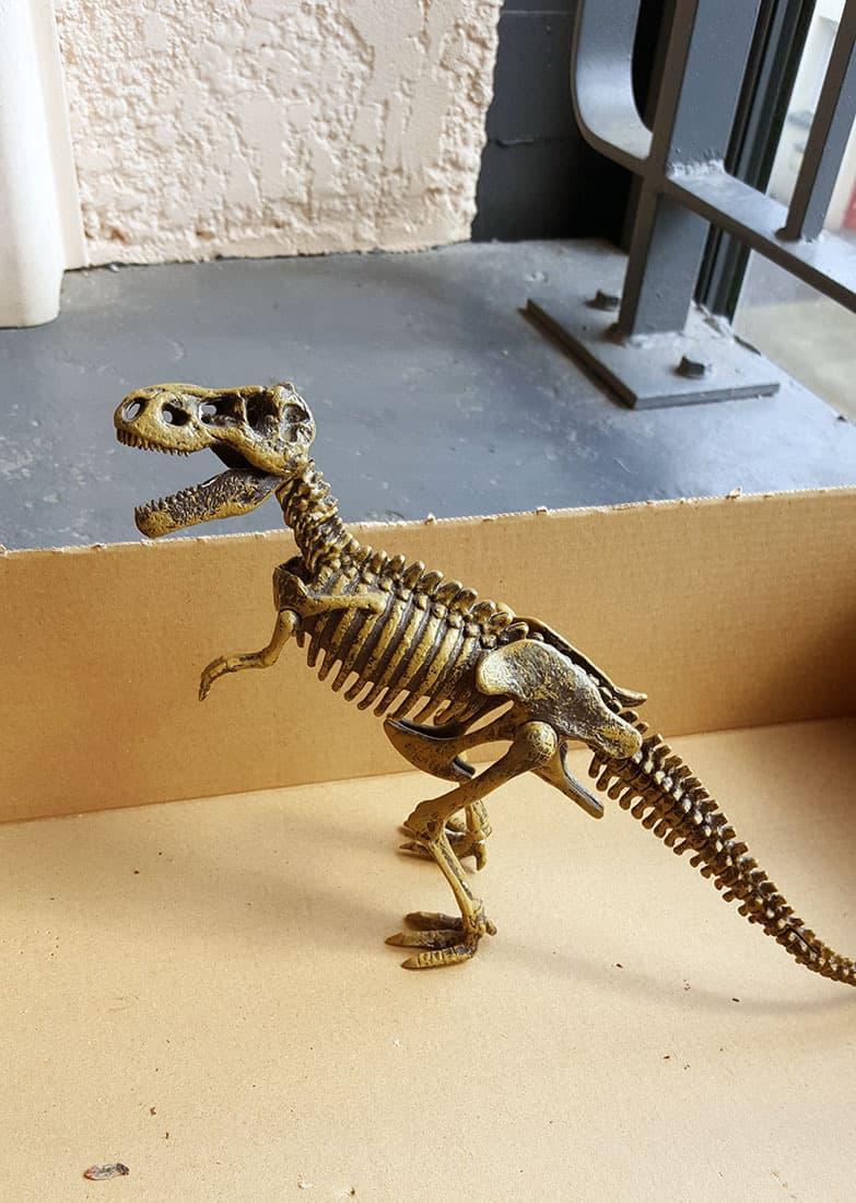 le dinosaure en plastique