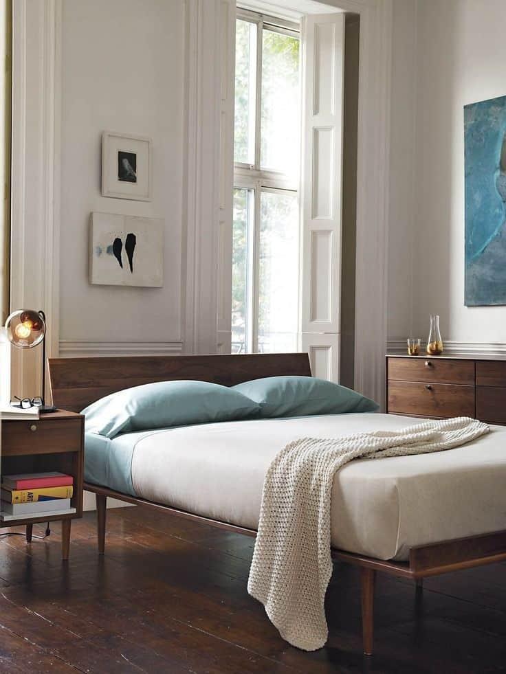 une chambre avec du parquet