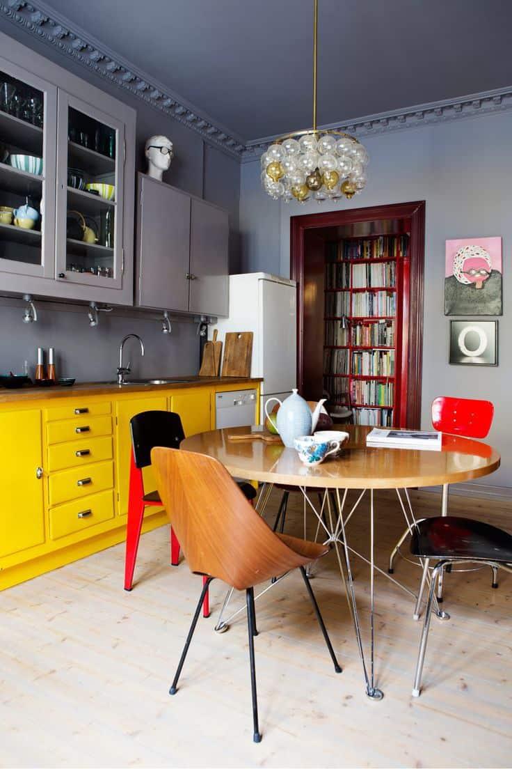 une cuisine coloree avec du parquet