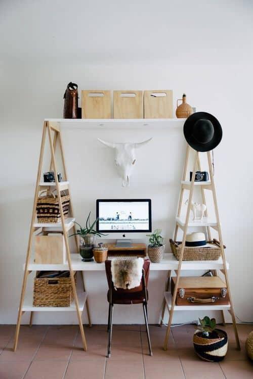 un bureau boheme avec trophee