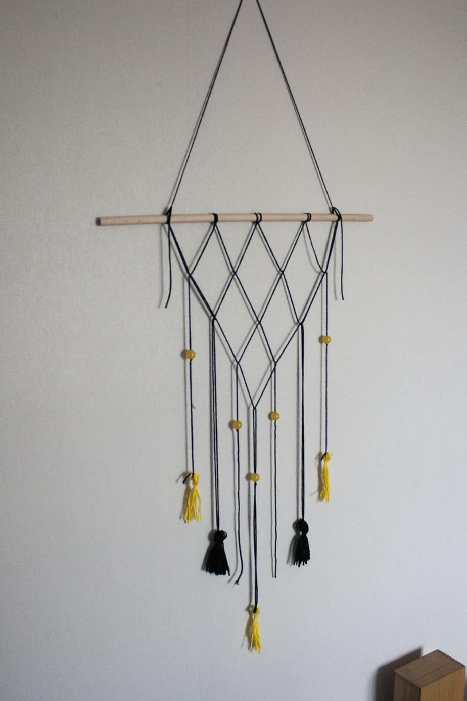 une suspension murale en macrame