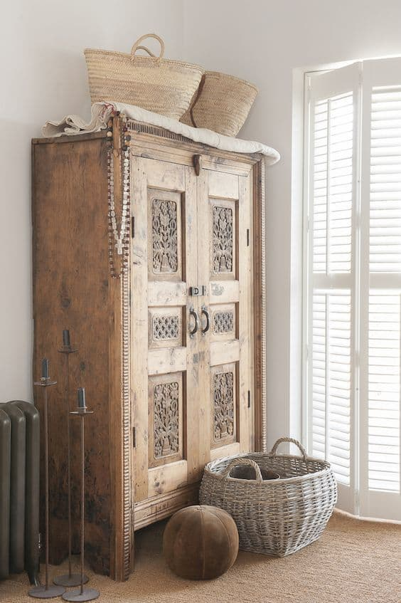 une vieille armoire en bois boheme