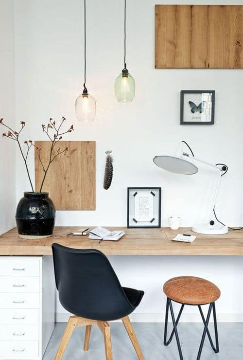 des lampes sur un petit bureau  - Pinterest : installer un bureau dans un petit espace