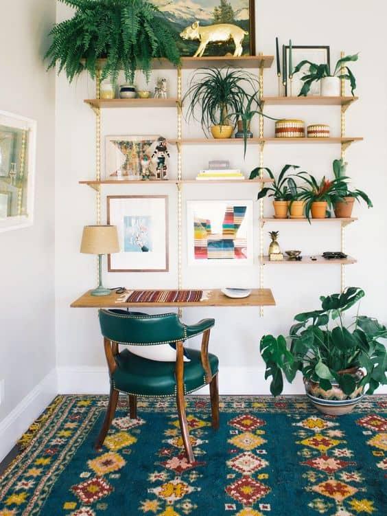 un bureau dans un petit espace decore avec des rangement pratique