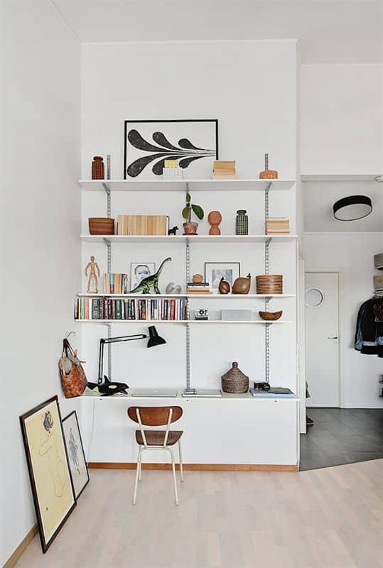 un bureau dans un petit espace tres organise