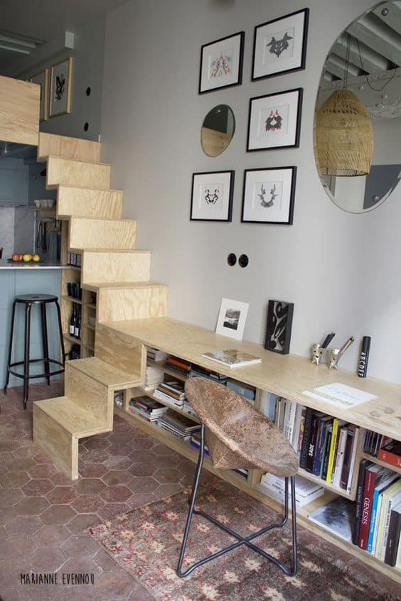 un-bureau-integre-au-rangements-pour-un-studio
