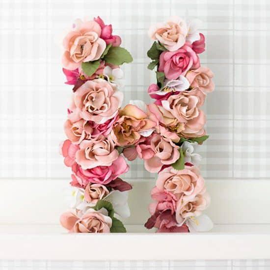 lettre geante avec fleurs pour cadeau romantique