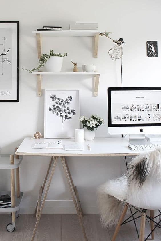 bureau decore avec des fleurs