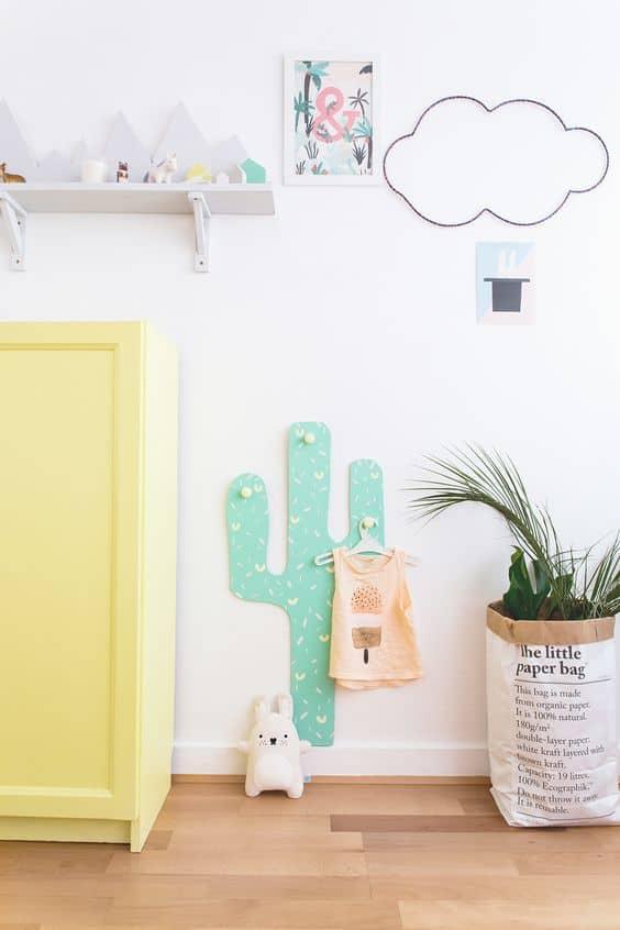 un porte manteau cactus pour la chambre denfant - Les fleurs s'invitent dans la décoration autour d'une inspiration