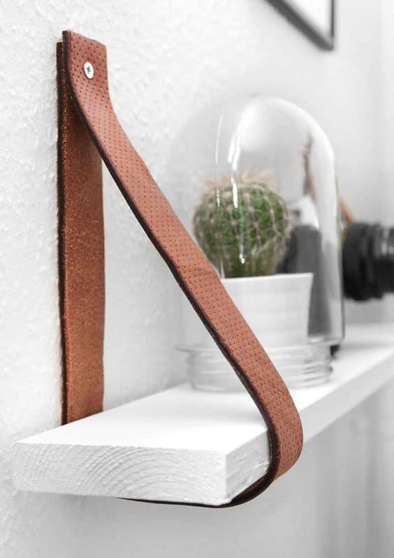 une etagere suspendue en bois et cuir - Saint Valentin : 11 do it yourself déco pour un cadeau romantique