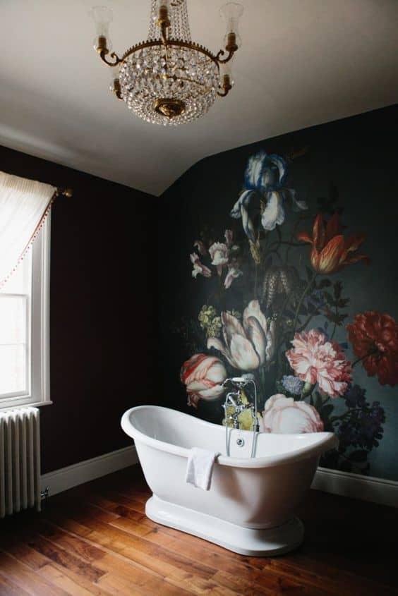 une salle de bain avec une peinture fleurie