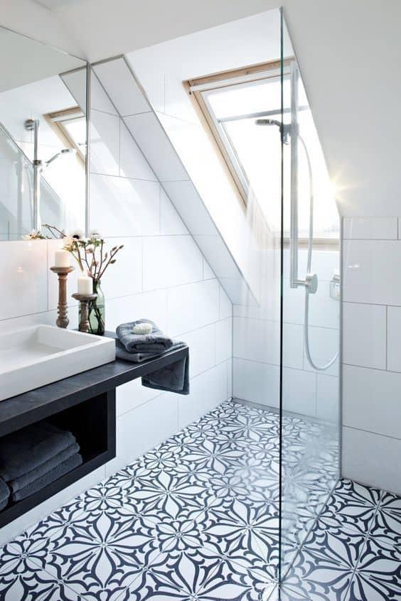 une salle de bain en carreaux de ciment a fleurs