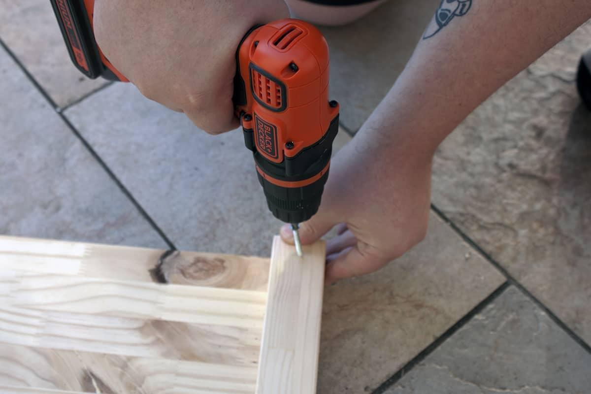 fixation tasseau carre potager diy - Apprendre à fabriquer un carré potager autour d'un DIY