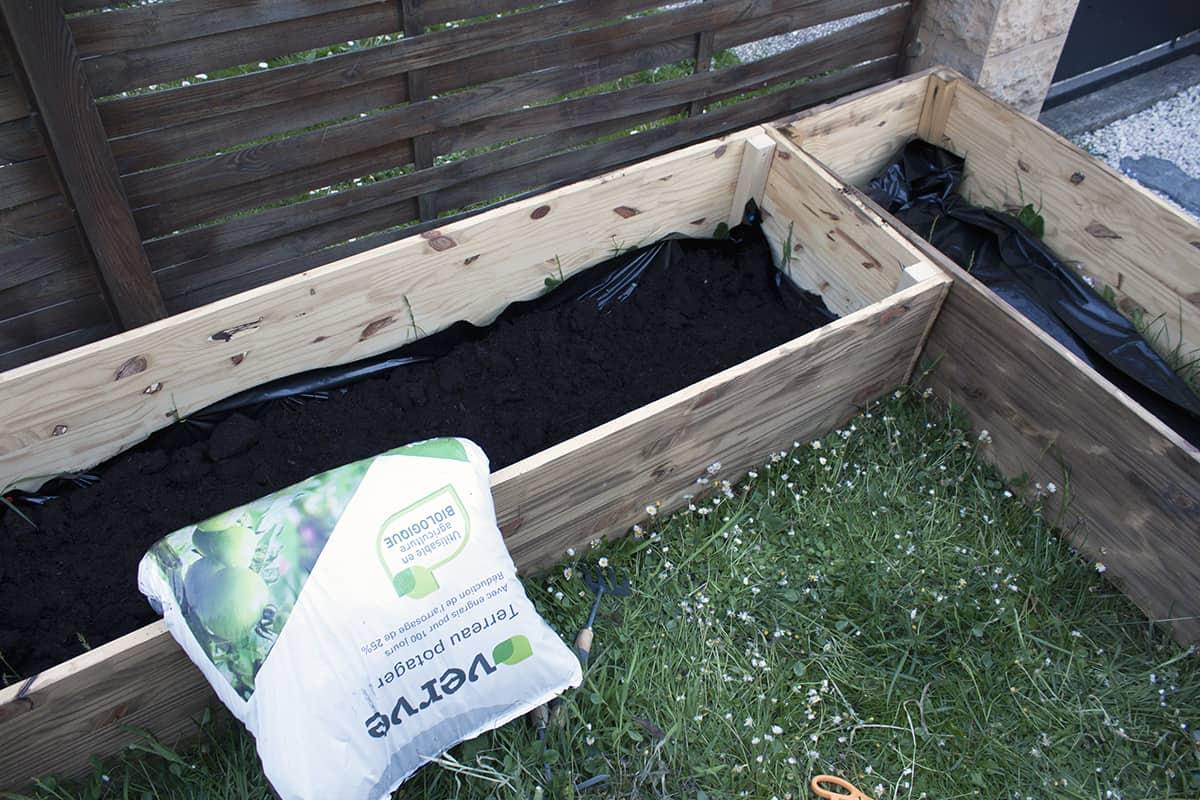 terreau potager dans carre potager jardin
