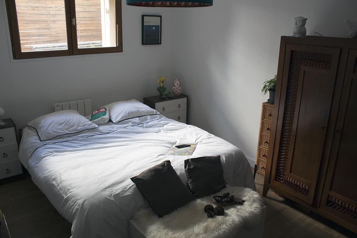 Chambre Avec Un Linge De Lit Blanc Avec Touche De Noir La Compagnie Du Blanc