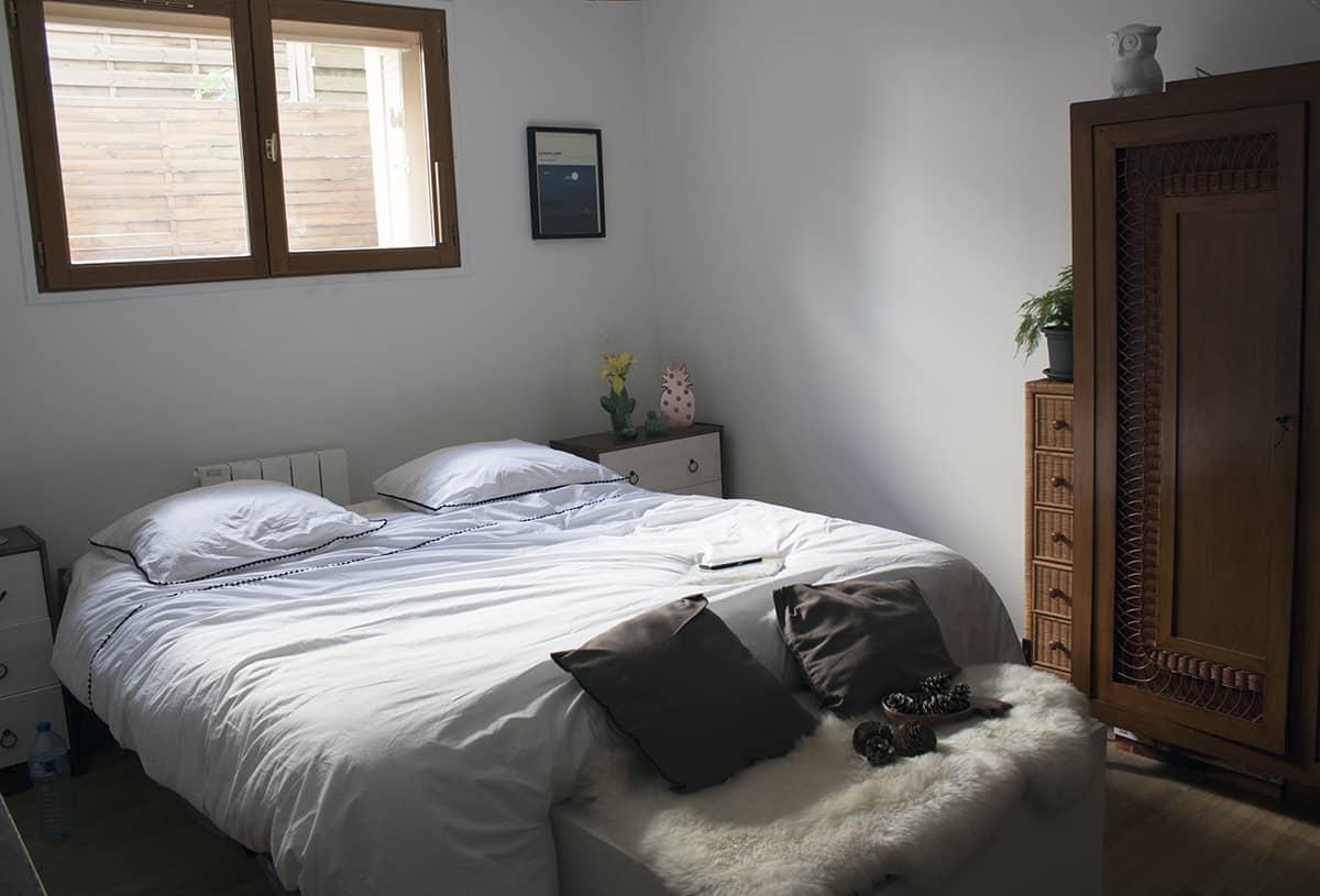 chambre boheme avec meuble en bois et linge de lit la compagnie du blanc