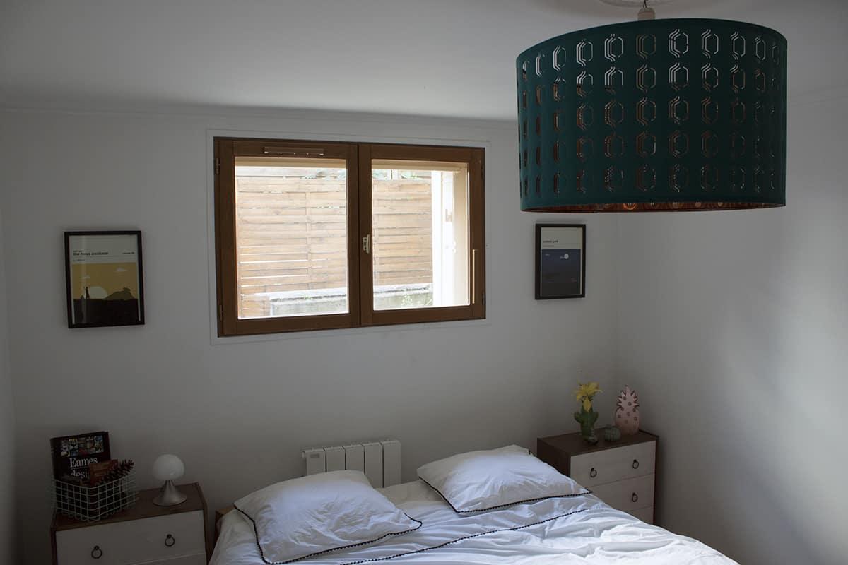 linge de lit blanc et lustre bleu