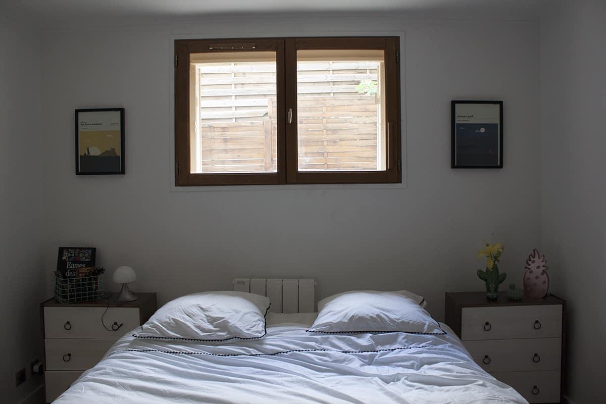 une chambre boheme lumineuse avec du linge de lit blanc du site la compagnie du blanc
