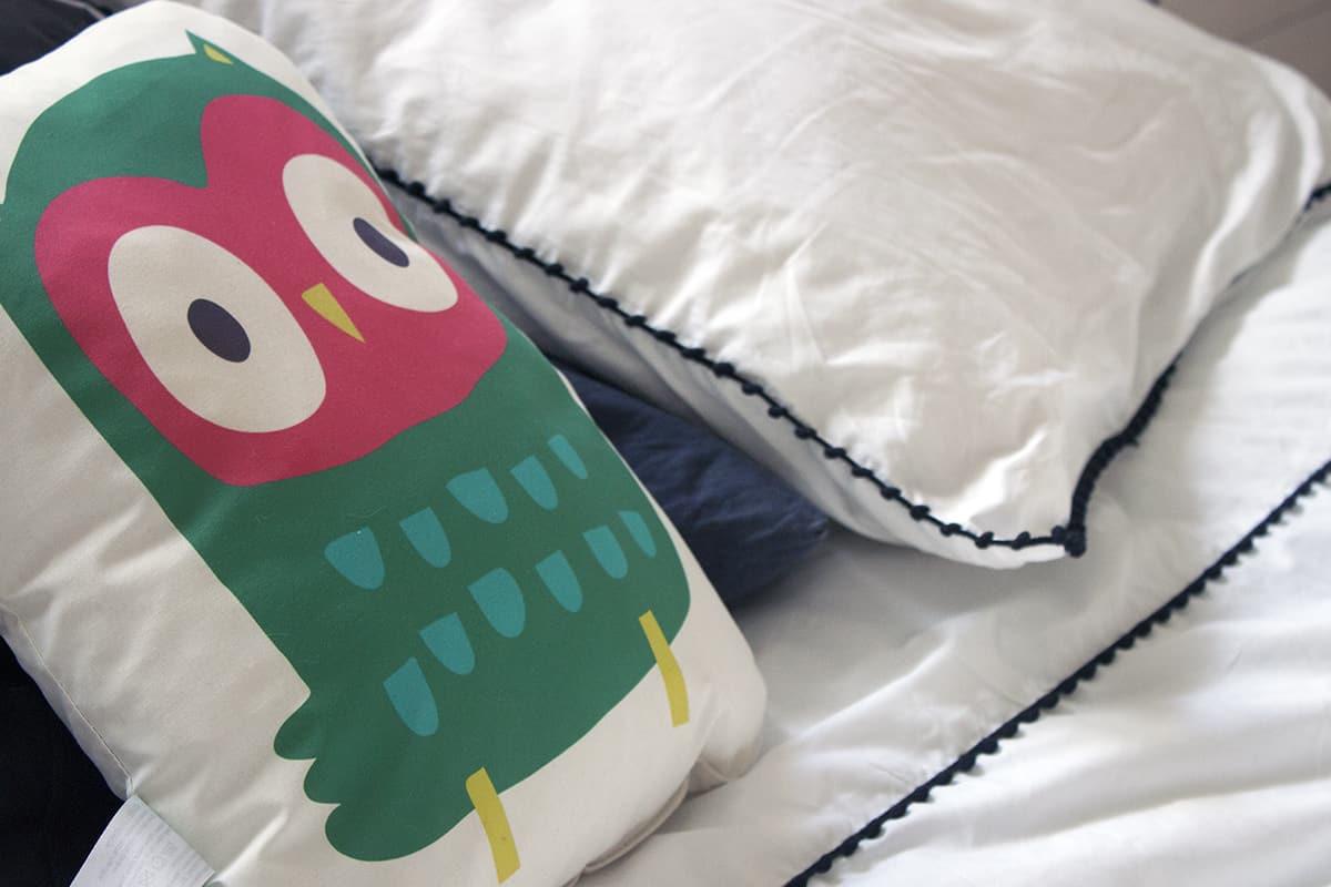 zoom oreiller hibou - J'ai testé pour vous le linge de lit blanc avec La Compagnie du Blanc
