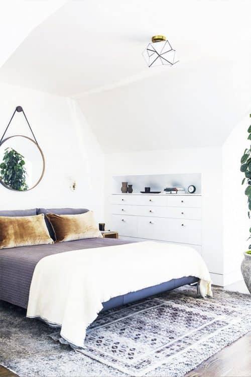 petite chambre avec rangement sous combles