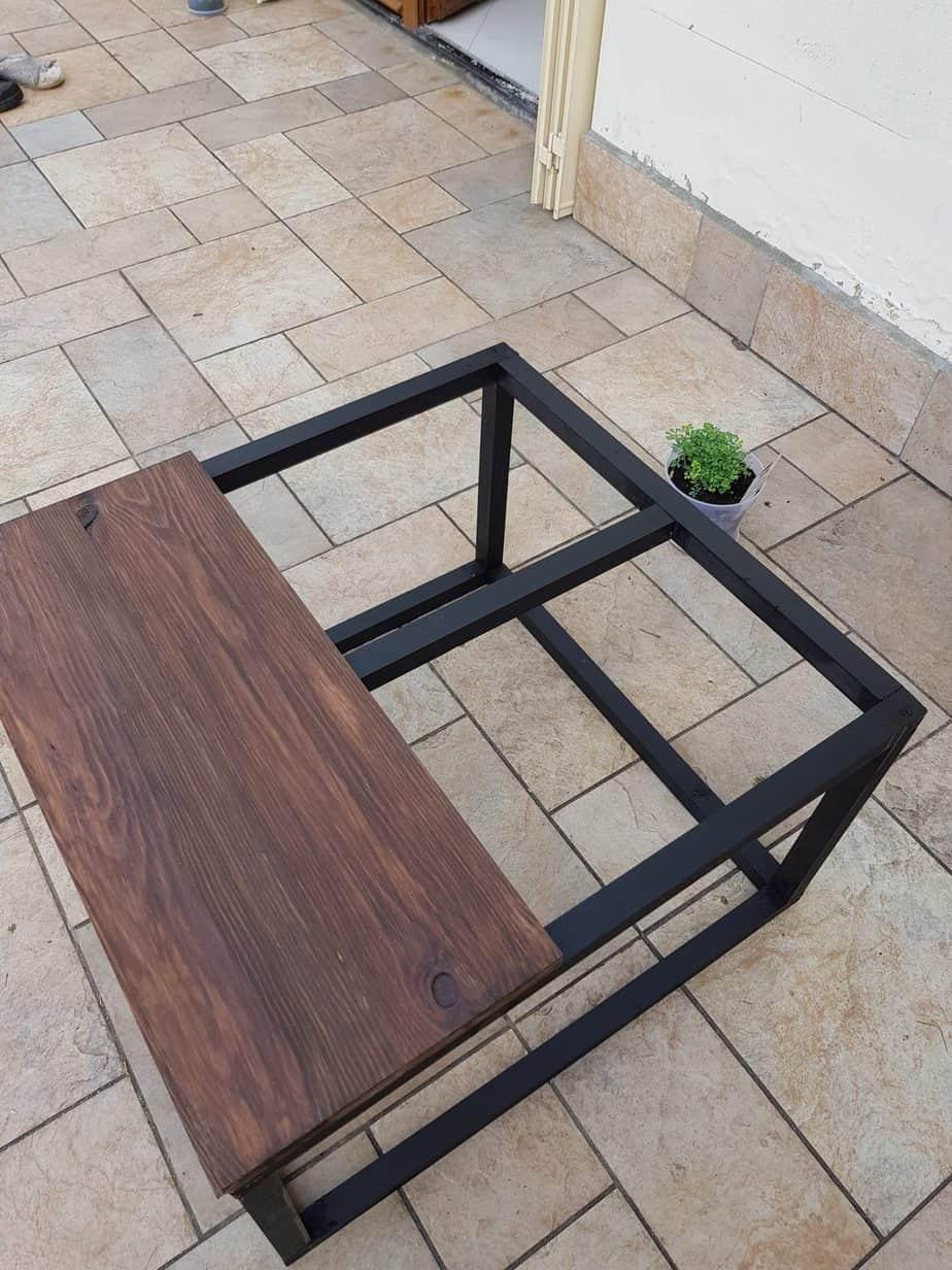table basse industrielle avec plateau en bois