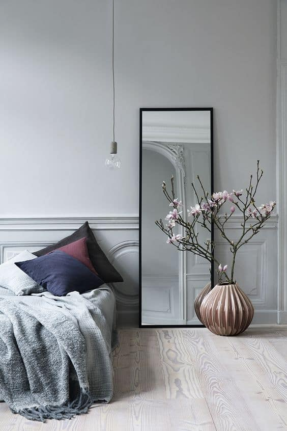 un miroir dans une petite chambre