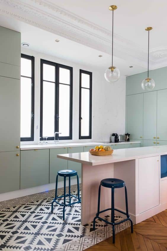 une cuisine avec ilot central aux couleurs pastel
