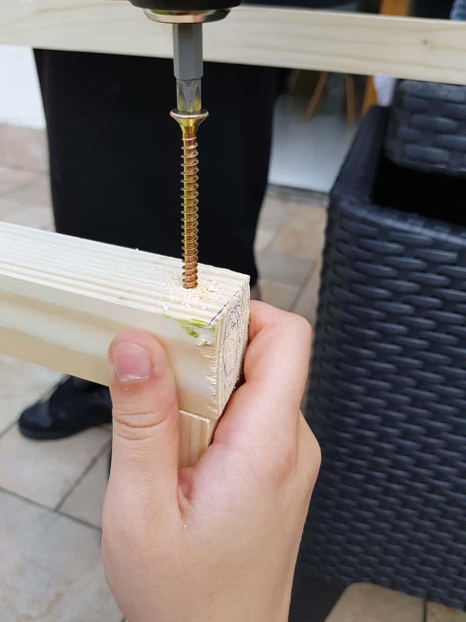 vis dans tasseaux bois pour construction table basse - DIY déco : comment fabriquer une table basse industrielle